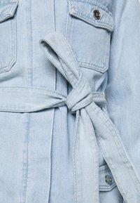 Missguided Petite - UTILITY POCKET BELTED DRESS - Denim dress - light blue - 3