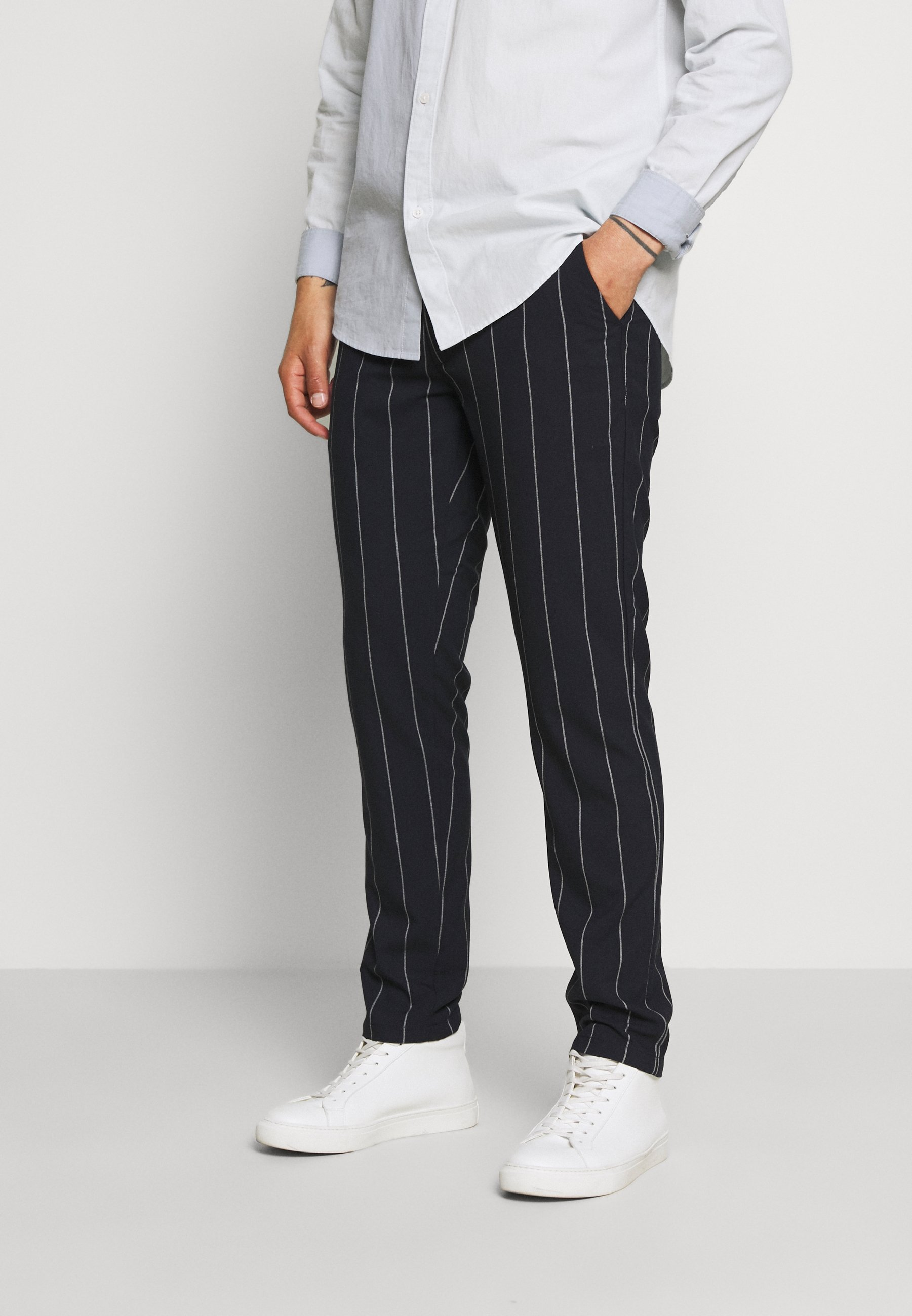 Uomo JOE SLIM PIN STRIPED PANT - Pantaloni