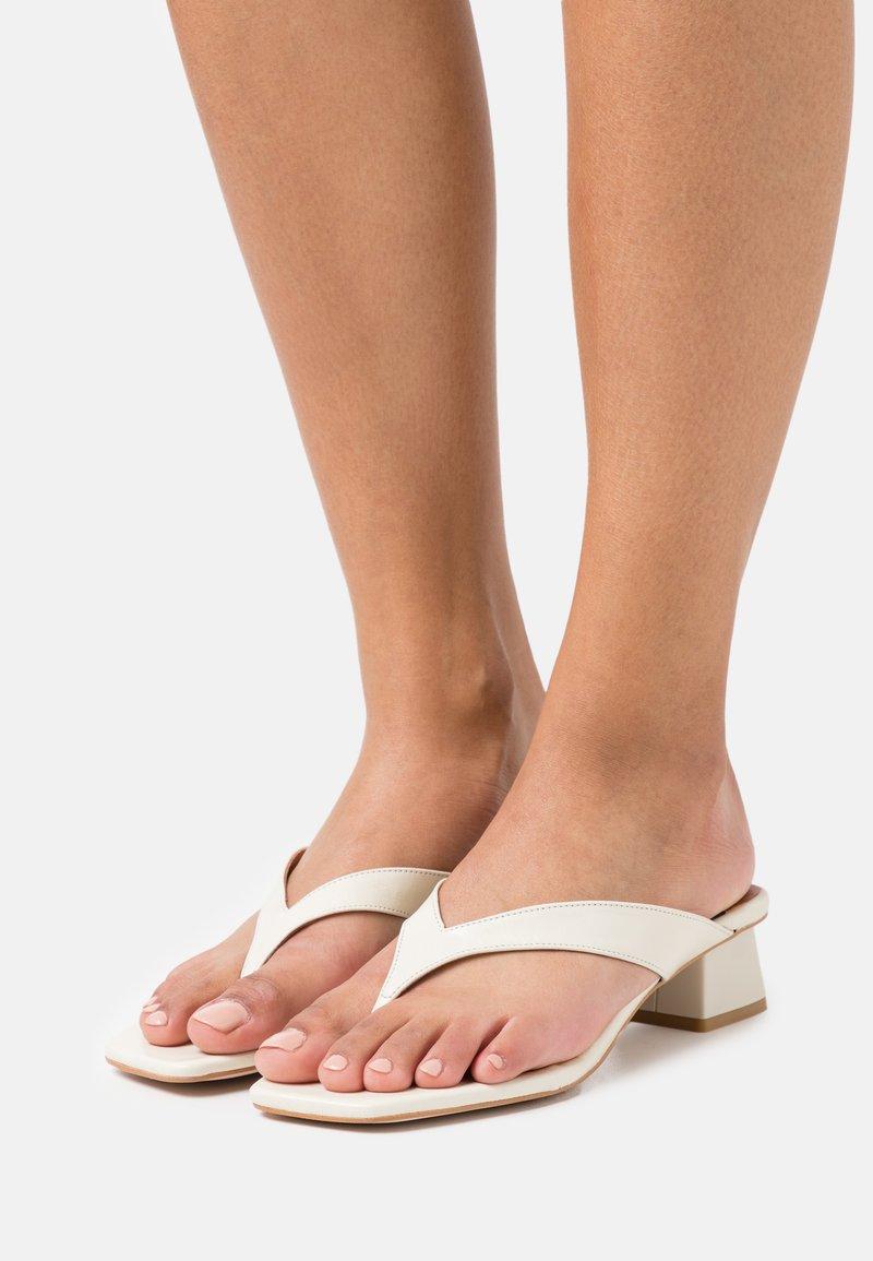 ÁNGEL ALARCÓN - Sandalias de dedo - panna