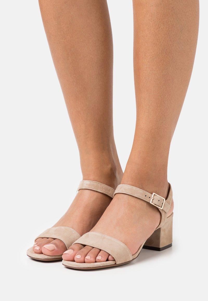 L'Autre Chose - MID HEEL - Sandalen - beige