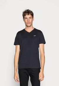 Hollister Co. - 5 PACK  - T-shirt imprimé - white/grey/red/navy texture/black - 2