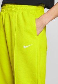 Nike Sportswear - Trainingsbroek - bright cactus/(white) - 4