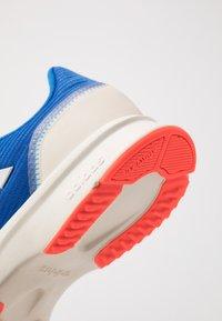 adidas Performance - NOVA FLOW - Nøytrale løpesko - glow blue/footwear white/solar red - 5