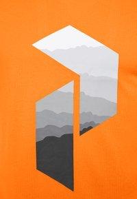 Peak Performance - EXPLORE BIG TEE - Print T-shirt - explorange - 2