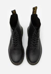 Dr. Martens - PASCAL ZIGGY - Veterboots - black luxor - 3