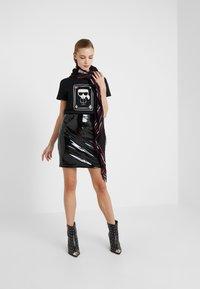 KARL LAGERFELD - CHOUPETTE - T-shirts med print - black - 1