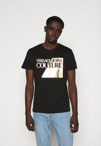 Versace Jeans Couture - SLIM BIG FOIL - Triko spotiskem - black - 0