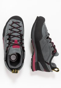 La Sportiva - BOULDER X WOMAN - Hiking shoes - carbon/beet - 1