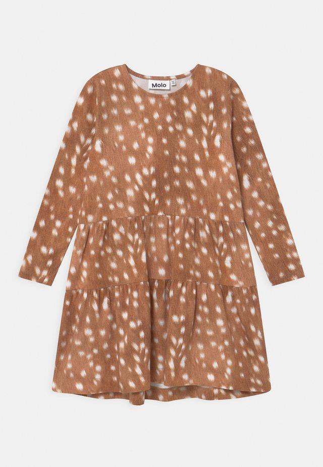 CHIA - Žerzejové šaty - brown