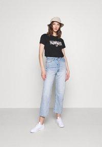 Hollister Co. - TECH CORE - T-shirt med print - black - 1