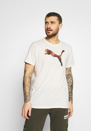 GRAPHIC LOGO TEE - Print T-shirt - eggnog