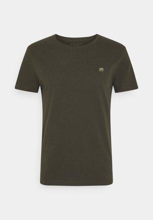 LOGO SOFTWASH TEE - Camiseta estampada - nightshade global