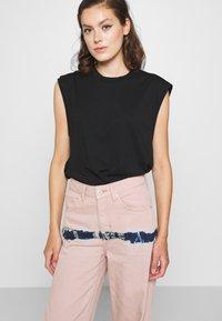 BDG Urban Outfitters - PUDDLE  - Vaqueros boyfriend - pink tie dye - 3