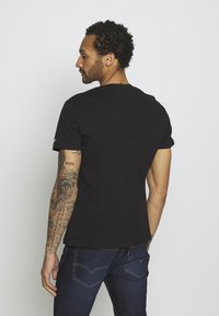 Tommy Jeans - SHADOW TEE UNISEX - T-shirt med print - black - 2