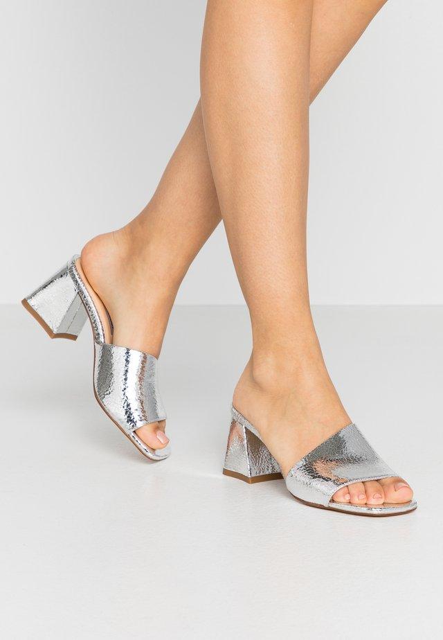 TED MULE - Pantofle na podpatku - silver craquele