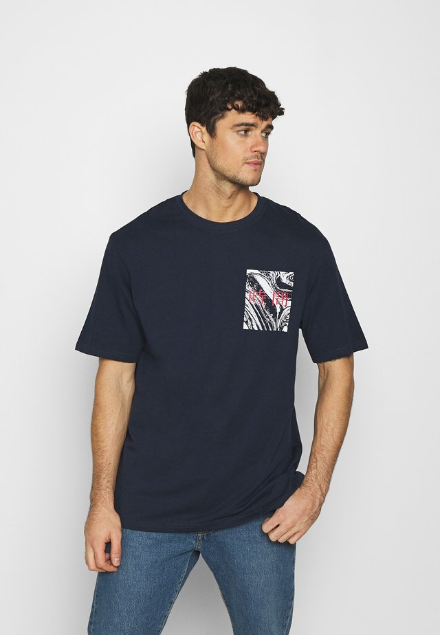 FRONT BACK GRAPHIC PRINT - T-shirt print - dark blue
