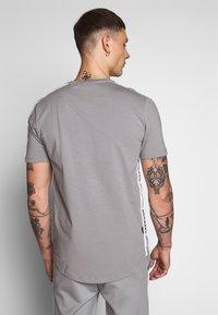 11 DEGREES - ASYMETRIC - T-shirt print - silver - 2