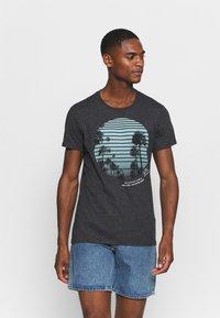 Q/S designed by - KURZARM - Print T-shirt - black - 0