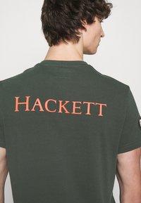 Hackett London - BADGE TEE - Triko spotiskem - deep forest - 4