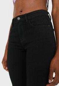 Stradivarius - MIT TIEFEM BUND  - Jeans Skinny Fit - black denim - 3