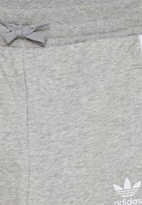adidas Originals - TREFOIL PANTS - Jogginghose - grey/white