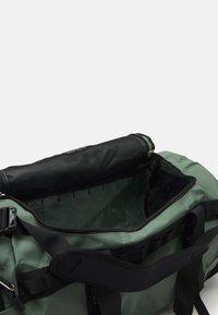 The North Face - BASE CAMP DUFFEL M UNISEX - Sports bag - laurel wreath green/black - 2