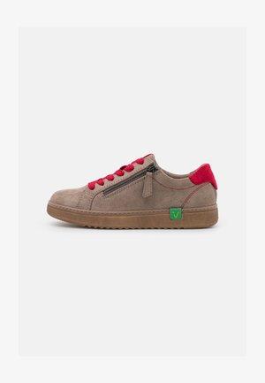 VEGAN - Sneakers laag - stone/red