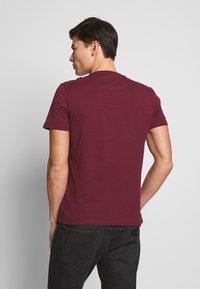 Lyle & Scott - PLAIN - Basic T-shirt - merlot - 2