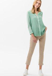 BRAX - STYLE MARY  - Pantalon classique - sand - 1