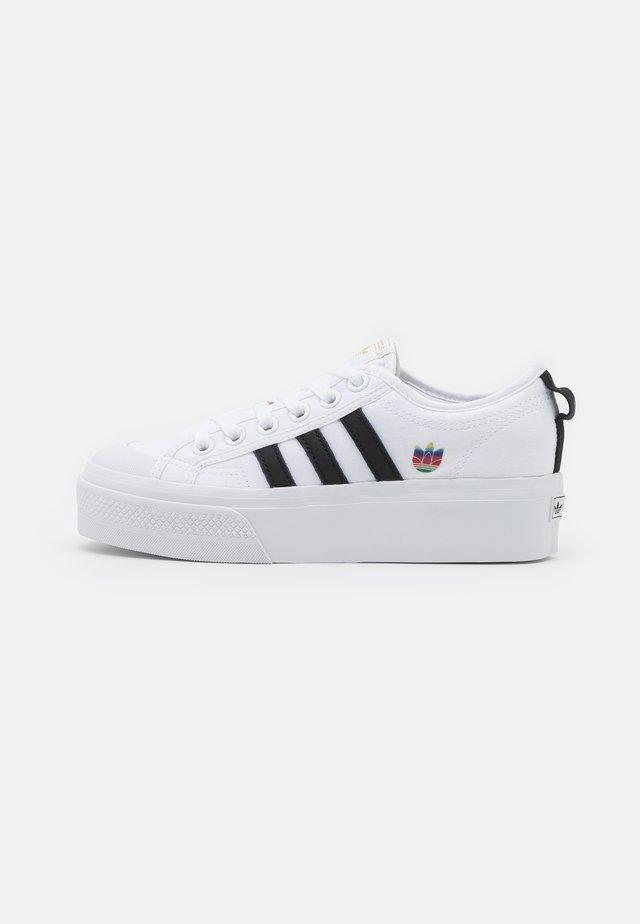 NIZZA SPORTS INSPIRED SHOES - Zapatillas - footwear white/core black/gold metallic