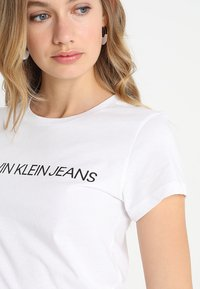 Calvin Klein Jeans - INSTITUTIONAL LOGO TEE - T-shirt z nadrukiem - bright white - 4