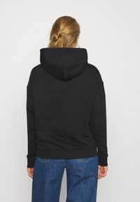 Tommy Jeans - BADGE HOODIE - Bluza z kapturem - black - 2