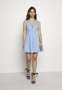 WAL G PETITE - EXCLUSIVE V NECK MINI DRESS - Žerzejové šaty - pale blue - 1