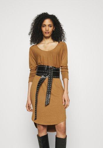 Pletené šaty - deep camel