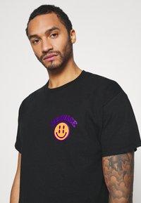 Mennace - UNISEX MENNACE TWISTED  - Print T-shirt - black - 3