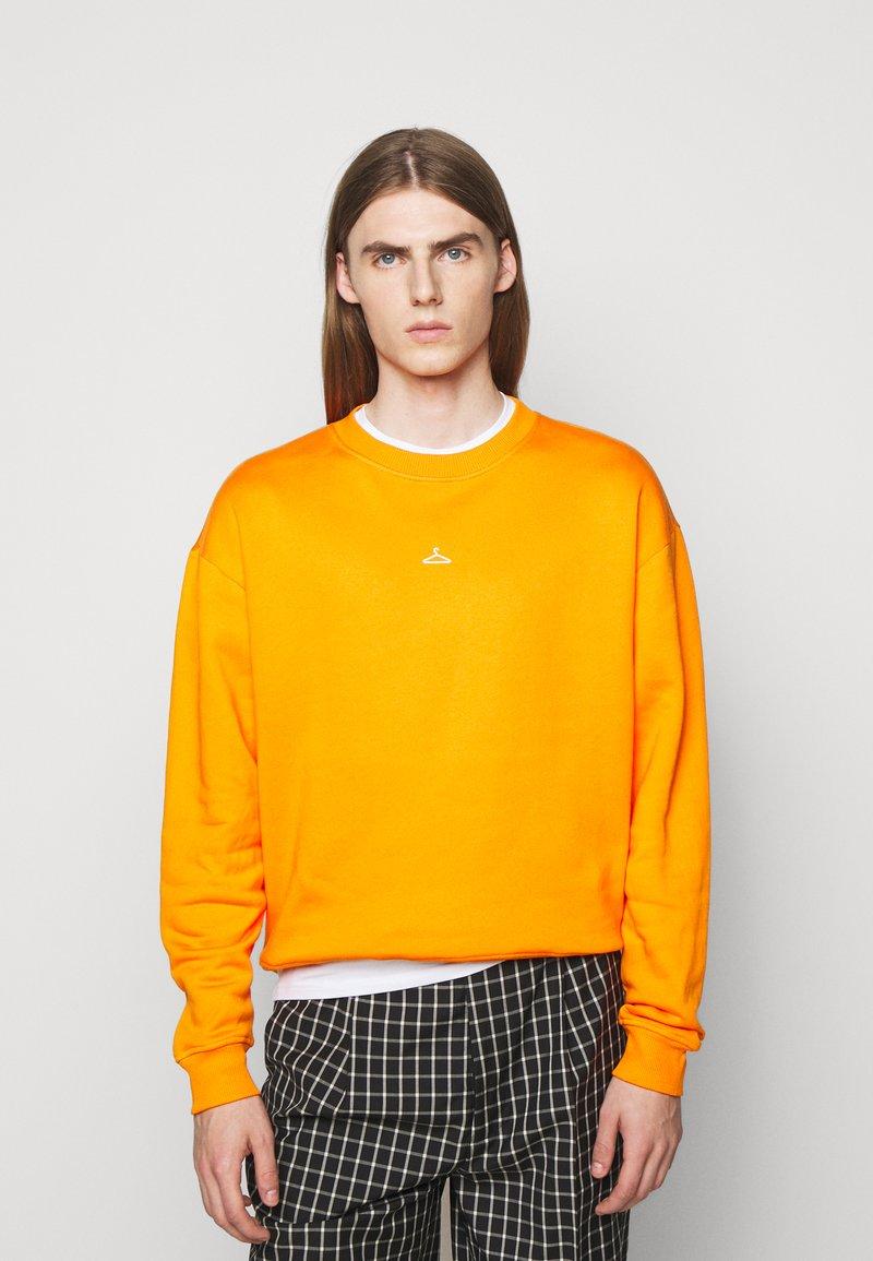 Holzweiler - HANGER CREW UNISEX - Sweatshirt - orange