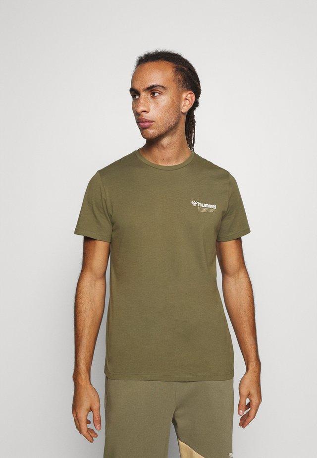 HMLKIRBY - Print T-shirt - burnt olive