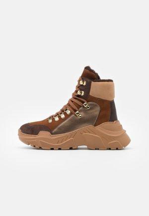 KARLA - Vinterstøvler - brown/multicolor