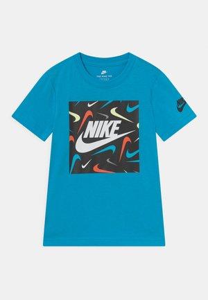 FUTURE FILL - T-shirt z nadrukiem - chlorine blue