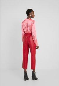 Pinko - TOAST PANTALONE - Kožené kalhoty - rosso rio - 2