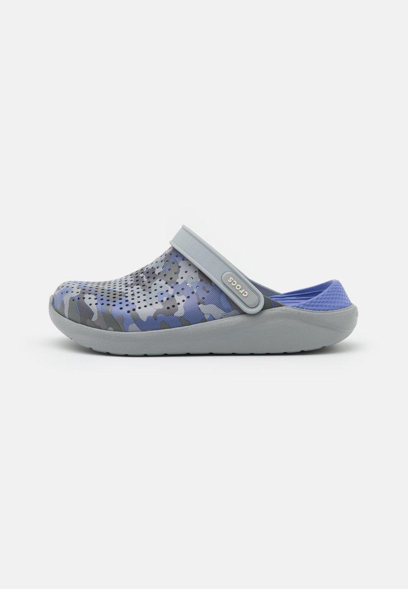 Crocs - LITERIDE PRINTED UNISEX - Klapki - lapis/multicolor