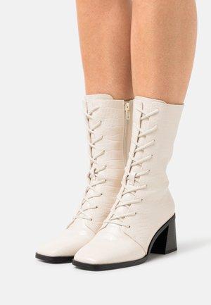 ELMA BOOT VEGAN - Stivali con i lacci - white dusty light