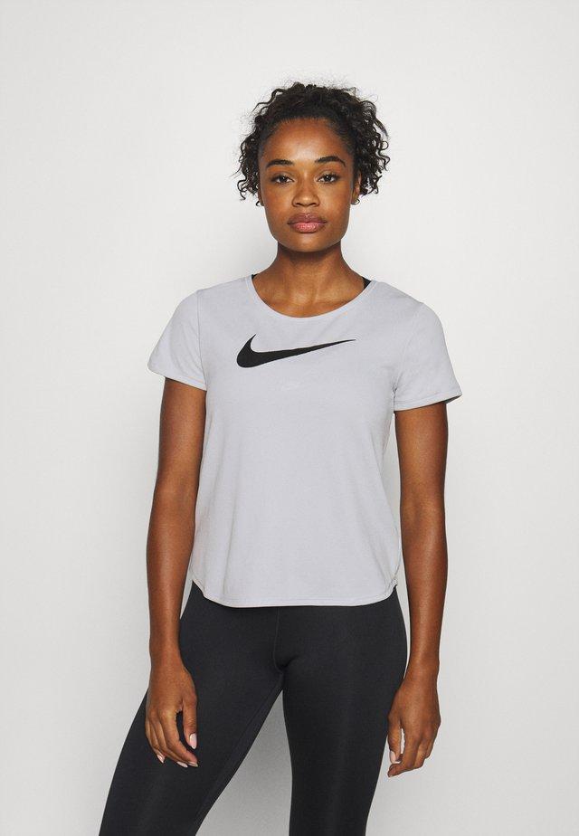 RUN - T-shirt med print - grey fog/black