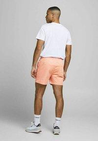 Jack & Jones - JJIJEFF JJJOGGER - Shorts - shell coral - 2