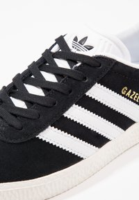 adidas Originals - GAZELLE - Sneakersy niskie - core black/white/gold metallic - 5