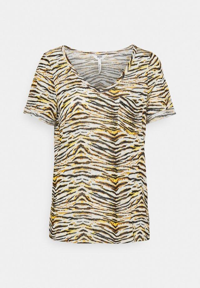 OBJTESSI SLUB V NECK SEASON - T-shirt print - humus/tiger