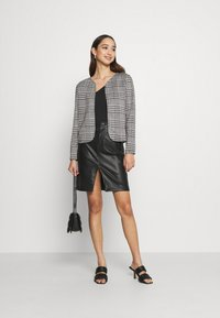 ONLY - ONLZIGA SHORT - Blazer - black/cloud dancer - 1