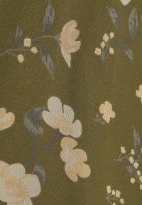 Vero Moda - VMZALLIE  - Print T-shirt - ivy green/zallie - 2