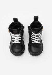 MOSCHINO - Šněrovací kotníkové boty - black - 3