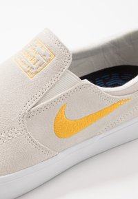 Nike SB - ZOOM JANOSKI - Instappers - summit white/university gold/black - 5